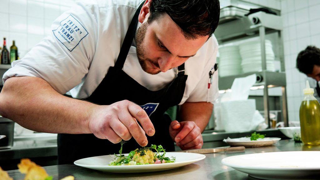Sternekoch Benjamin Kriegel im Restaurant FRITZ'S FRAU FRANZI bei der Arbeit in der Küche, Food Fellas Blog