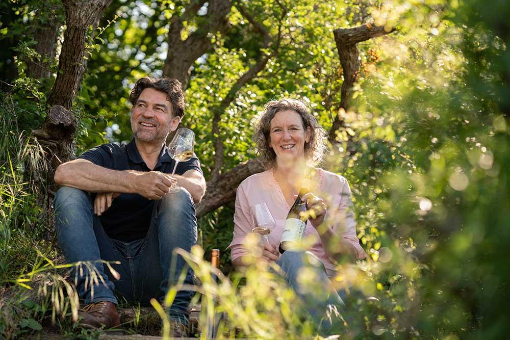 Schlossgut Liebieg Inge von Geldern und Bernhard Kirsten im Weinberg
