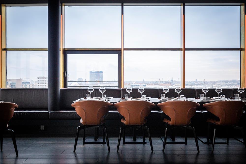 Tisch im Restaurant Golvet mit Blick über Berlin, Food Fellas