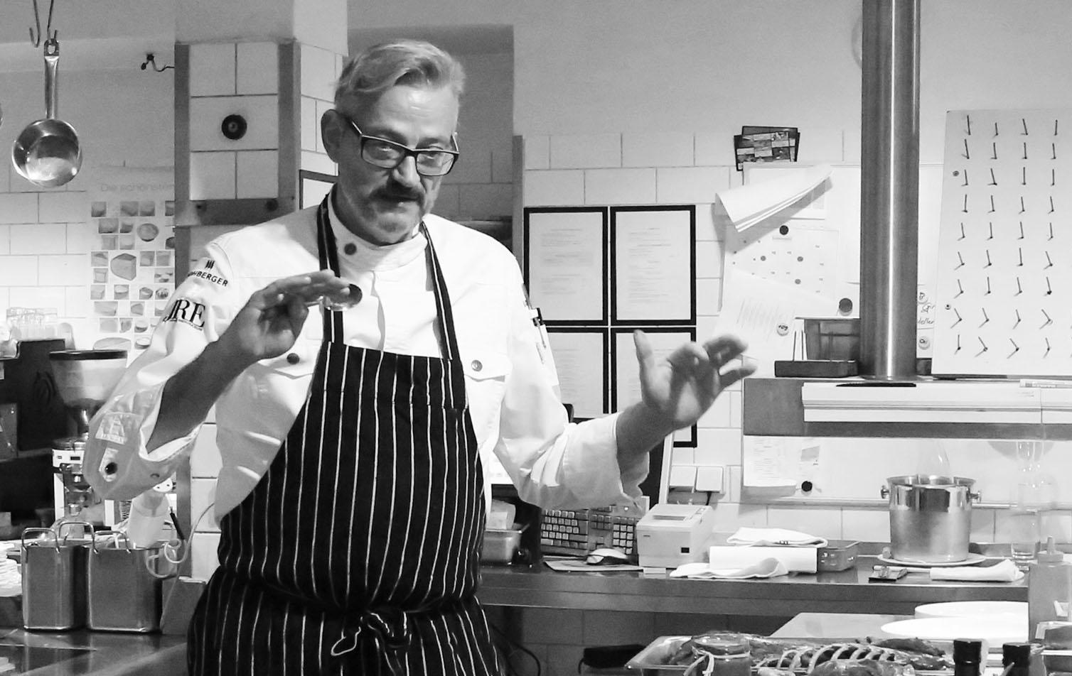 Sternekoch Jockl in seiner Küche für Food Fellas